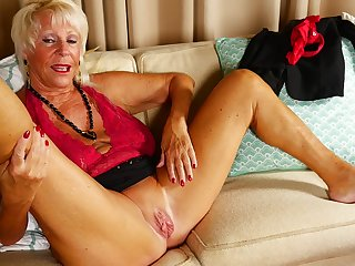 Of age chesty amateur granny Mandi spreads her pussy