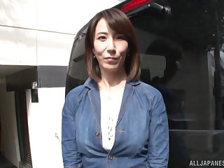 Asian MILF Sawamura Reiko spreads the brush fingertips to ride a dick